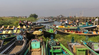 71. the Inle market - tourists and locals arriive